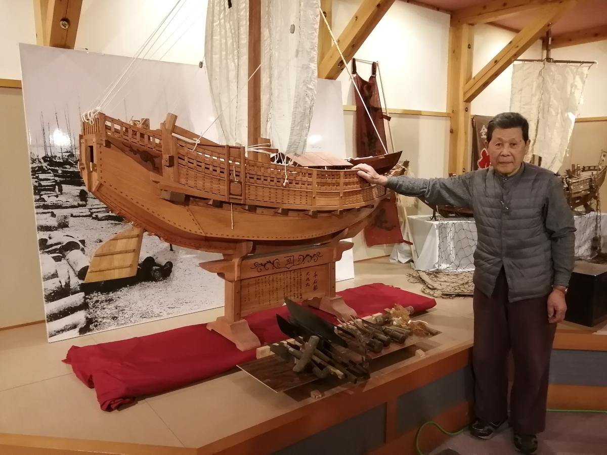 北前船の模型と大工道具が展示中だ