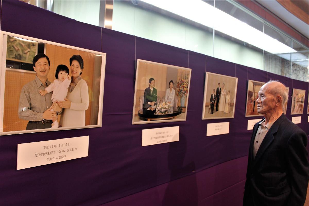 雅子様を中心とした写真が展示されている